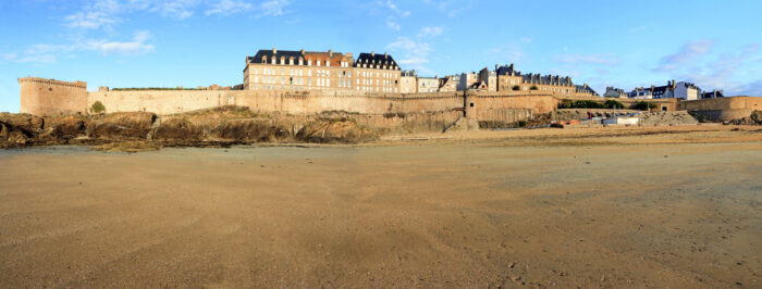 The beach and the ramparts of Saint Malo.France